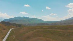 Passerandet som landet öppnar ut till den Ferghana dalen Sluttande eller jämna vägar kyrgyzstan berg lager videofilmer