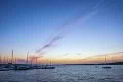 Passerella al tramonto, Cartaya, Huelva, Spagna di EL Rompido Fotografie Stock