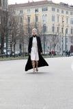 Passerella d'esecuzione inverno 2015 2016 di autunno dello streetstyle di settimana di modo di Milano, Milano di tol di Linda Immagine Stock