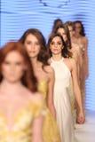 Passerella di alte mode di Rasit Bagzibagli in Mercedes-Benz Fashion Week I Fotografia Stock Libera da Diritti