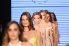 Passerella di alte mode di Rasit Bagzibagli in Mercedes-Benz Fashion Week I Immagini Stock Libere da Diritti