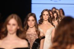 Passerella di alte mode di Rasit Bagzibagli in Mercedes-Benz Fashion Week I Immagini Stock