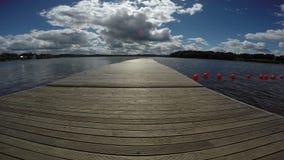 Passerella nel lago della località di soggiorno con il giorno di estate soleggiato, 4K video d archivio