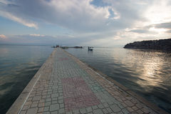 Passerella pavimentata sopra il lago Ocrida Fotografie Stock Libere da Diritti
