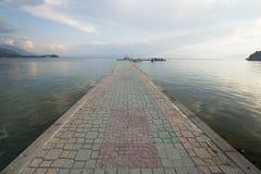 Passerella pavimentata sopra il lago Ocrida Fotografia Stock