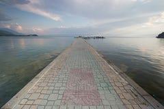 Passerella pavimentata sopra il lago Ocrida Immagine Stock