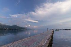 Passerella pavimentata sopra il lago Ocrida Fotografie Stock