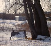 Passerella sul fiume nella molla in anticipo immagine stock libera da diritti