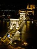 Passerelle à chaînes de Széchenyi à Budapest par nuit Image stock