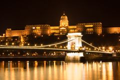 Passerelle à chaînes et château de Budapest photo libre de droits