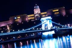 Passerelle à chaînes et château de Budapest image libre de droits