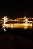 Passerelle à chaînes et château de Budapest photos libres de droits