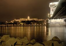 Passerelle à chaînes et château de Budapest la nuit Image libre de droits