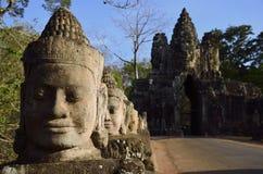 Passerelle à la porte du sud d'Angkor Tom - le Cambodge Images libres de droits