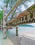 Passerelle à travers la plage de Datai, Langkawi, Malaisie Images libres de droits
