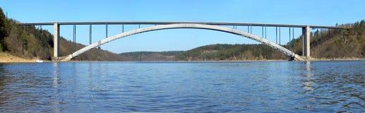 Passerelle à travers le fleuve Photos libres de droits