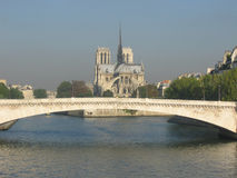 Passerelle à travers le fleuve Seine Photos stock