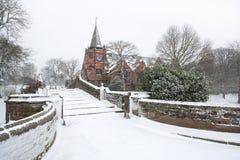 Passerelle anglaise de village dans la neige de l'hiver. Photos libres de droits