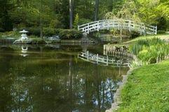 Passerelle arquée par jardin japonais Photographie stock