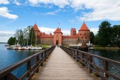Passerelle au château de Trakai Photographie stock
