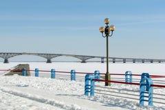 Passerelle au cours de l'hiver de fleuve Photographie stock