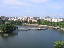 Passerelle au-dessus d'étang en Chine Photos stock
