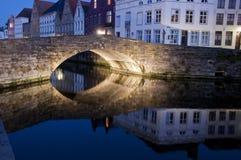 Passerelle au-dessus d'un canal au crépuscule Photo libre de droits