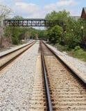 Passerelle au-dessus d'un chemin de fer Photo stock