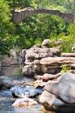 Passerelle au-dessus d'un fleuve Photos stock