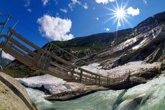 Passerelle au-dessus d'un fleuve dans les montagnes Images stock