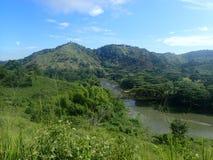Passerelle au-dessus d'un fleuve dans les montagnes Photographie stock