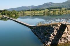 Passerelle au-dessus d'un lac Images stock