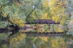 Passerelle au-dessus d'une rivière dans le paysage de chute images libres de droits