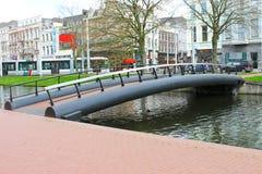 Passerelle au-dessus de canal à Rotterdam. Image stock