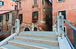 Passerelle au-dessus de canal à Venise photographie stock libre de droits
