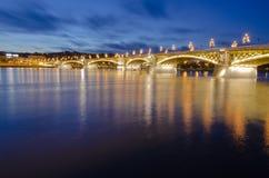 Passerelle au-dessus de Danube la nuit à Budapest photo libre de droits