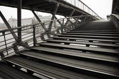 Passerelle au-dessus de fleuve de Seine, Paris Photographie stock libre de droits