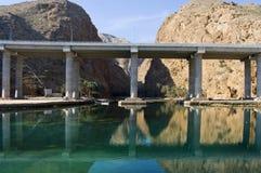 passerelle au-dessus de fleuve en Oman Photos libres de droits