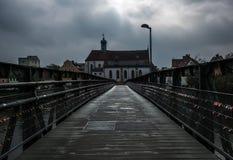 Passerelle au-dessus de fleuve Vue de la ville de Ratisbonne l'allemagne images libres de droits