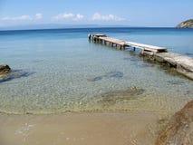 Passerelle au-dessus de l'eau claire Photos libres de droits