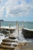 Passerelle au-dessus de l'eau préoccupée Photos libres de droits