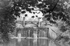 Passerelle au-dessus de la cascade Images stock