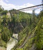 Passerelle au-dessus de la gorge de fleuve de Moyie en Idaho du nord Photos stock