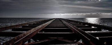 Passerelle au-dessus de la mer photographie stock libre de droits