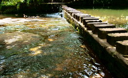 passerelle au-dessus de pierre de fleuve Images stock