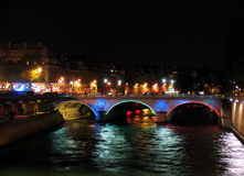 Passerelle au-dessus de Seine par nuit Photographie stock libre de droits