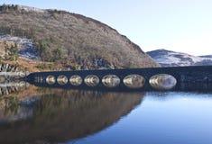 Passerelle au-dessus des barrages à la vallée d'allant, Powys Images libres de droits