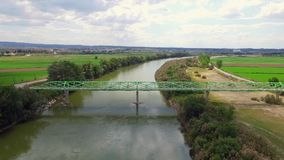 Passerelle au-dessus du bourdonnement aérien de rivière  clips vidéos