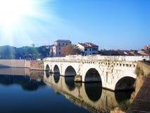 Passerelle au-dessus du fleuve à Rimini Photo stock
