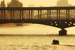 Passerelle au-dessus du fleuve de Seine au coucher du soleil à Paris. image stock